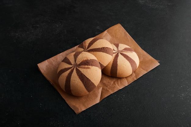 Булочки какао-печенья на листе бумаги.