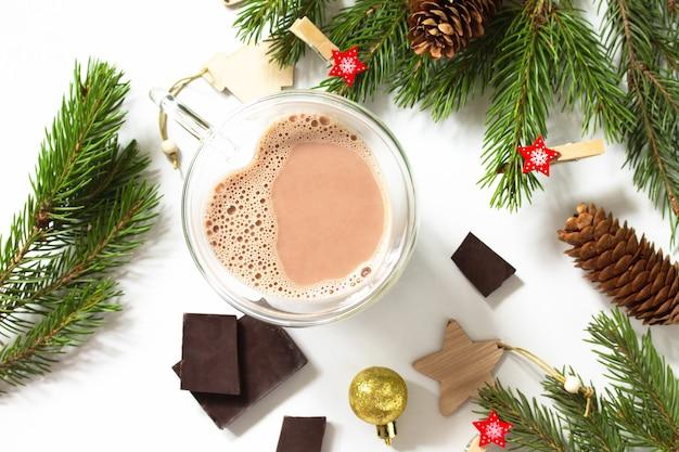 クリスマスの組成物とチョコレートとココアドリンク白い背景の上の分離上面図