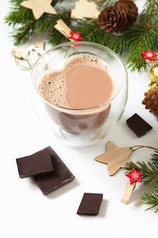 クリスマスの組成物とチョコレートとココアドリンク白い背景で分離