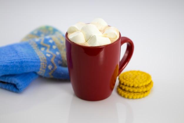 마쉬 멜 로우와 비스킷, 흰색 배경에 고립 된 빨간 머그잔에 코코아