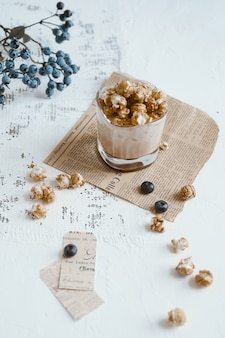 Cocoa milk with popcorn and blueberries