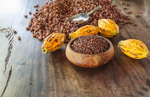 Какао-крупки и какао-фрукты на деревянном столе
