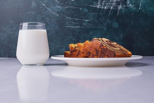 ココアのパイをスライスし、コップ1杯の牛乳でお召し上がりいただけます。