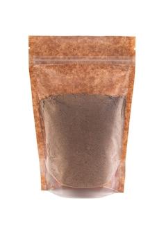 갈색 종이 봉지에 코코아 가루. 벌크 제품용 플라스틱 창이 있는 doy-pack. 확대. 흰색 배경. 외딴.