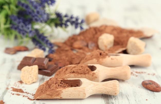 木製のテーブルにココア パウダー