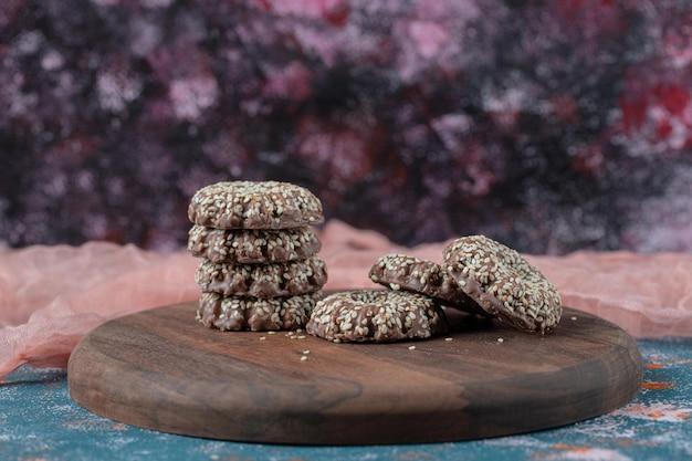 Biscotti al cacao e sesamo su tavola di legno rustica.