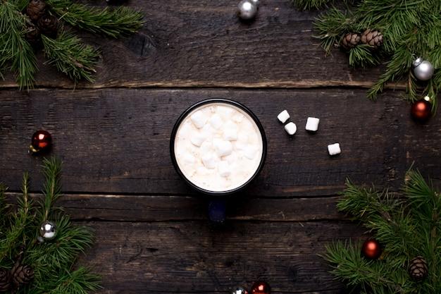 Какао с рождественским украшением на дереве