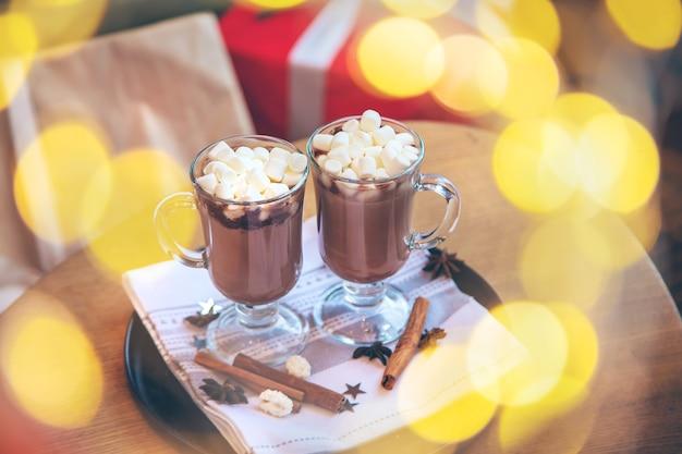 크리스마스 배경에 마시멜로와 코코아입니다. 선택적 초점입니다. 마시다.