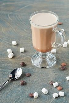 Какао с зефиром на столе