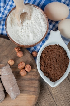 Печенье мутаки обернуть какао на деревянной доске с корицей и орехами.