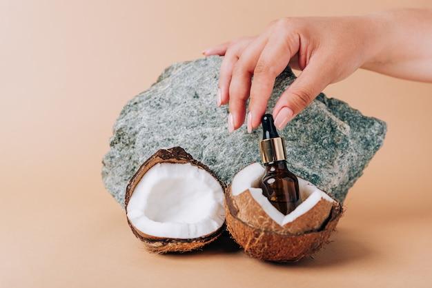 코코넛과 돌 배경에 화장품 튜브