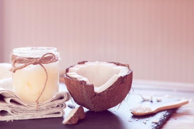Кокос и кокосовое масло в бутылке
