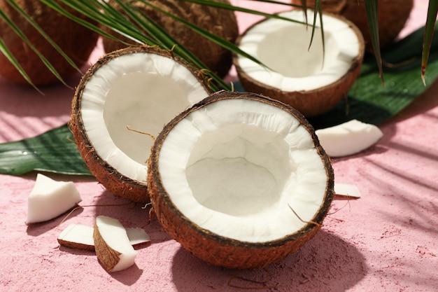코코넛과 야 자 잎 핑크에 가까이