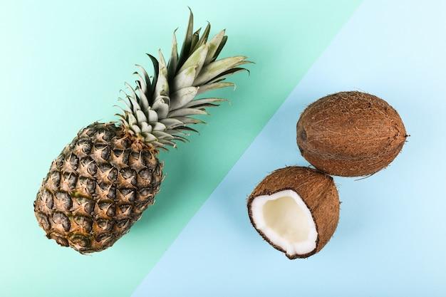 코코넛과 파인애플에 색깔. 여름 분위기, 복사 공간.