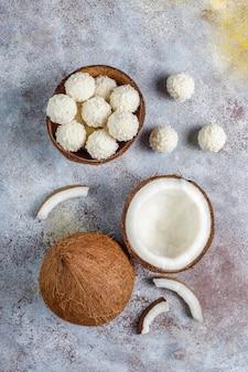 ココナッツとホワイトチョコレートのトリュフ、半分のココナッツ