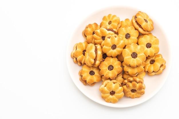 Кокосовое печенье с ананасовым джемом на белом фоне