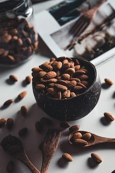 Кокосовые чаши с миндалем. здоровая пища