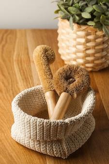 木製のテーブルで皿を洗うためのココナッツブラシ