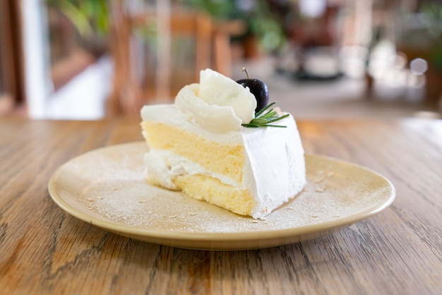 카페와 레스토랑에서 접시에 코코넛 케이크