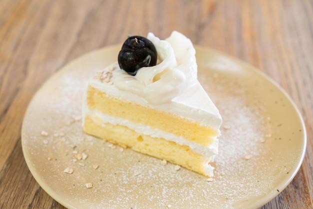 Кокосовый торт на тарелке в кафе и ресторане