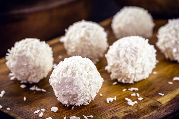 ココナッツキャンディー、動物のミルクを含まないココナッツから作られたキャンディー、家庭で作られたビーガンキャンディー