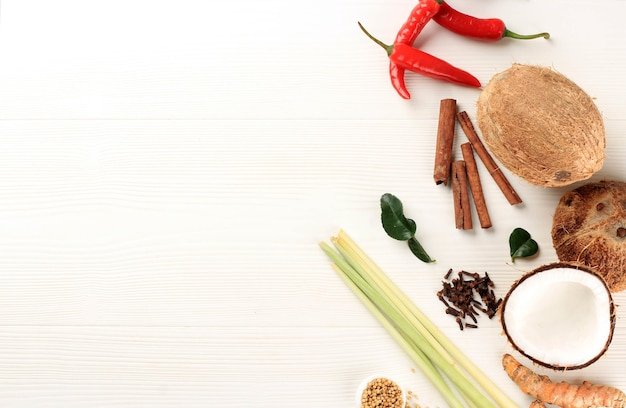 ルンダンパダンを作るためのココナッツ、スパイスとハーブの唐辛子。白の背景の上にスペースをコピーします。