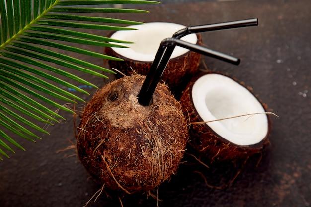 Кокосовый коктейль на коричневой поверхности. концепция напитка летних каникул,