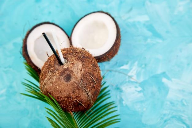 Кокосовый коктейль. напиток летних каникул