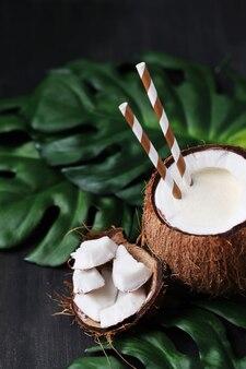 Кокосовый коктейль с соломинкой. тропический напиток