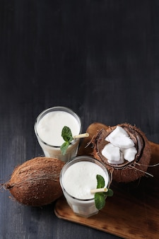 짚으로 코코넛 칵테일. 열대 음료