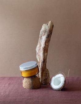 유리 항아리에 코코넛 크림과 신선한 코코넛. 천연 화장품.