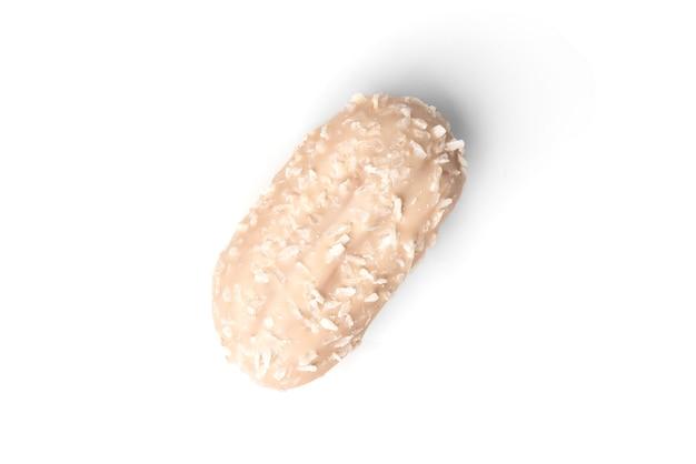 Кокосовые эклеры или печенье с заварным кремом, изолированные на белом.