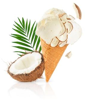 Конус мороженого кокоса при пальмовый лист изолированный на белой поверхности с путем клиппирования.