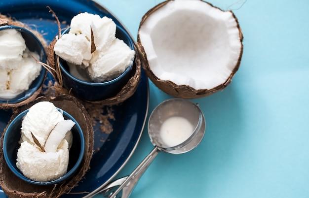 青いテーブルにココナッツアイスクリーム