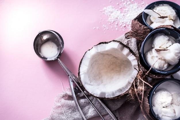 ピンクの背景にココナッツアイスクリーム