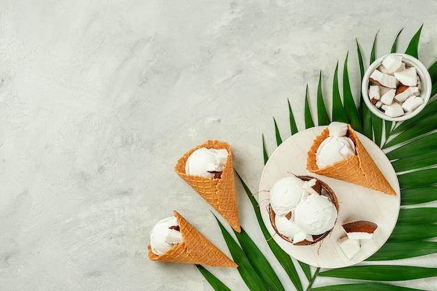 Вафельные рожки кокосового мороженого на сером фоне бетона. плоская планировка, копия пространства