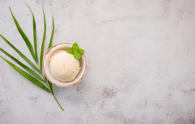 Кокосовое мороженое с листьями на бетонном столе