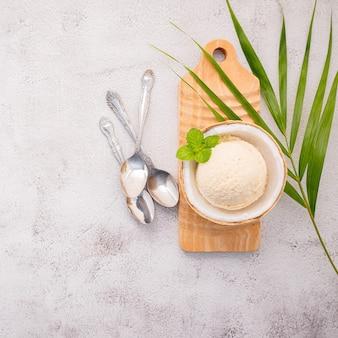 Кокосовое мороженое с ложками на бетонном столе