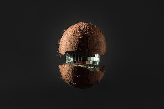 クリスマスツリーのおもちゃのミラーボールの中のココナッツ、暖かい国の新年のコンセプト、創造的