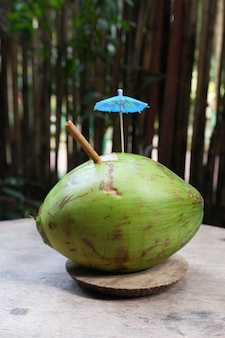 テーブルの上の新鮮なココナッツのココナッツジュース