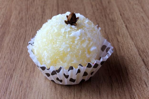 ココナッツキス(beijinho de coco)-木製に分離された典型的な甘いブラジル料理