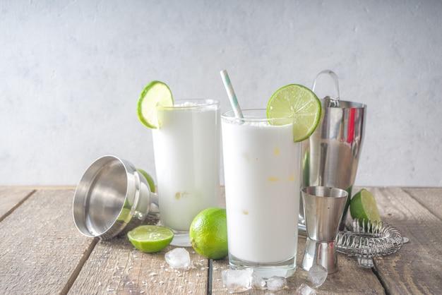 ココナッツライムフレンチソーダ、ブラジリアンホワイトレモネード、ココナッツモヒート、ビーガントレンディドリンクとココナッツミルクとライム