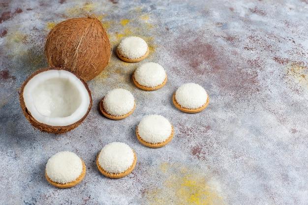 半分のココナッツ、トップビューでココナッツマシュマロクッキー