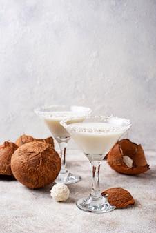 코코넛 마티니 또는 마가리타. 알콜 칵테일