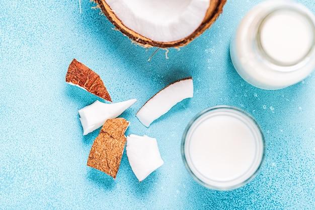 Кокосовое молоко и кокос, вид сверху.