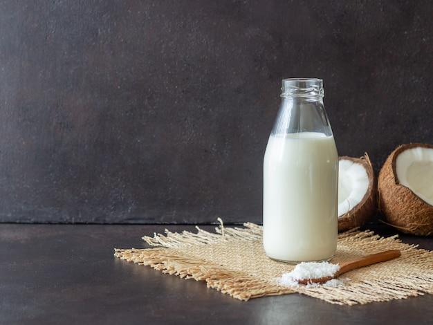 코코넛 밀크와 신선한 코코넛. 채식주의 자 음식. 건강한 식생활.
