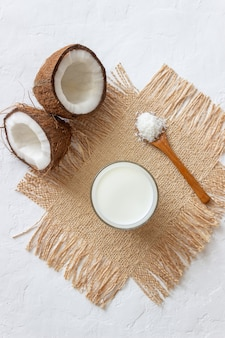 Кокосовое молоко и свежие кокосы. вегетарианская пища. здоровое питание.