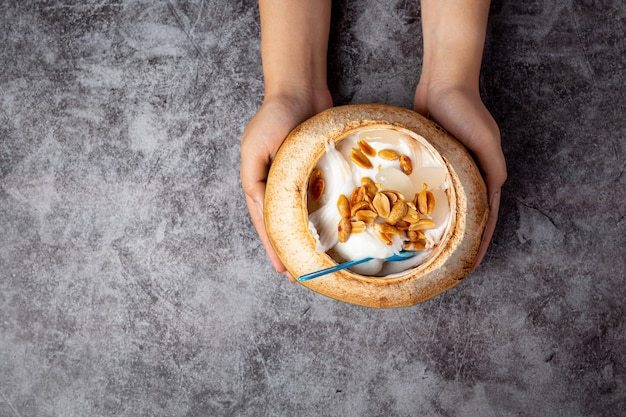 暗い表面のココナッツの殻のココナッツミルクアイスクリーム
