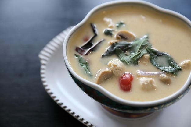 鶏肉入りココナッツミルクスープ、伝統的なタイ料理