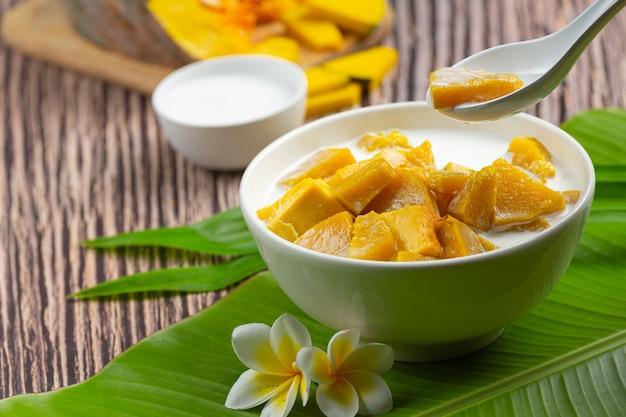 Тушеная тыква в кокосовом молоке в белой миске